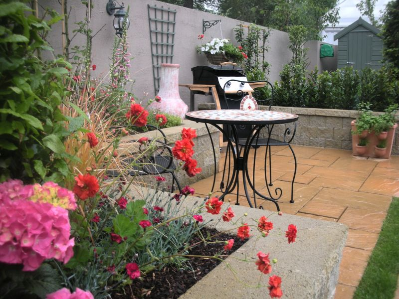 the garden design concisted of a very simple structure and incorporated adjacent seating and entertaining areas
